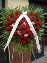 Wieniec w kształcie serca z kwiatów żywych - KWIATYnaPOGRZEB.pl Wieńce pogrzebowe Warszawa