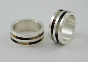 Obrączka srebrna z bursztynem dwukolorowym - Pracownia GRAWEMAG Magdalena Lis Osie