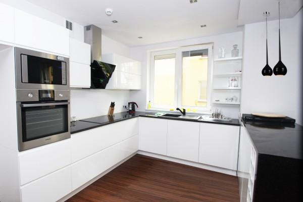 biala kuchnia z drewnianym blatem opinie najlepszy pomys na projekt kuchni w tym. Black Bedroom Furniture Sets. Home Design Ideas