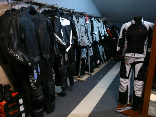kurtki i spodnie:...