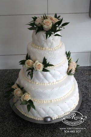 biały tort ślubny z...