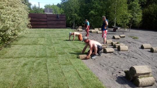 Układanie trawy...